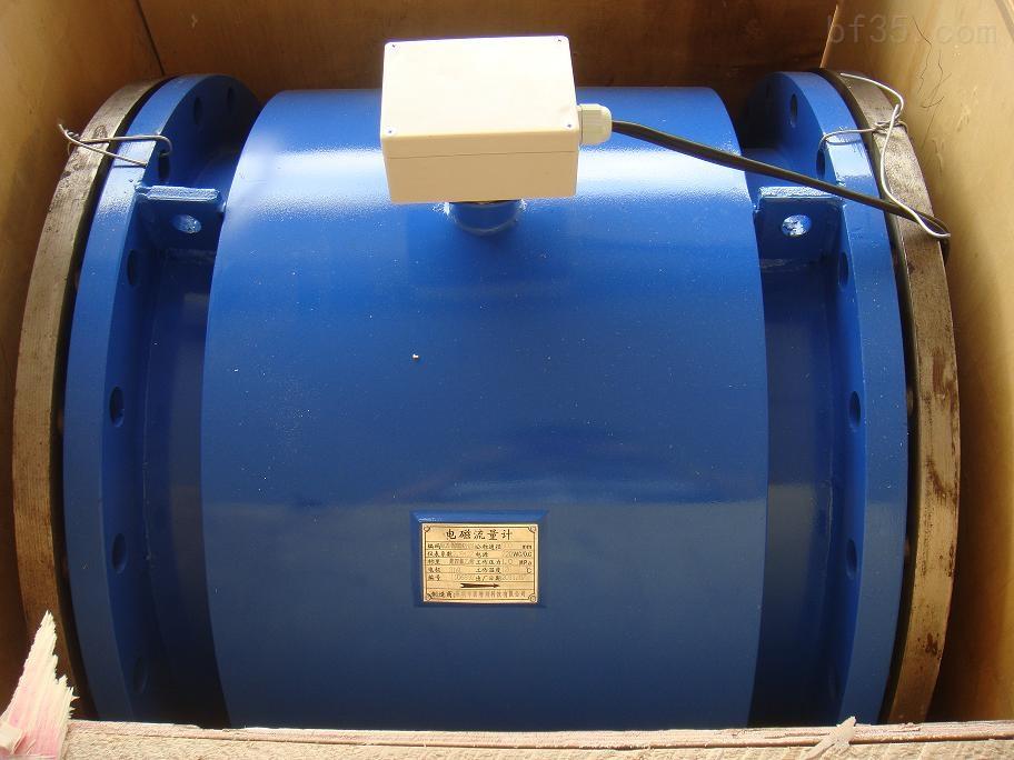 锅炉冷却水流量计特点: 1、锅炉冷却水流量计测量管内无可活动部件,传感器使用寿命长。 2、管内无阻力部件,因此没有附加压力损失,不会产生阻塞,测量可靠。 3、抗干扰能力强、体积小、重量轻、安装方便、维护量小、测量范围宽。 4、测量不受流体温度、密度、压力、粘稠度、电导率等变化的影响。 5、可在老管道上截取改造安装,施工简单,工程量小。 6、与一般流量计的成本和安装费用低,特别适合大中口径管道流量的测量。 7、传感器感应电压信号与平均流速呈线性关系,因此测量精度高。 8、中文LCD显示器,显示累积流量,瞬时